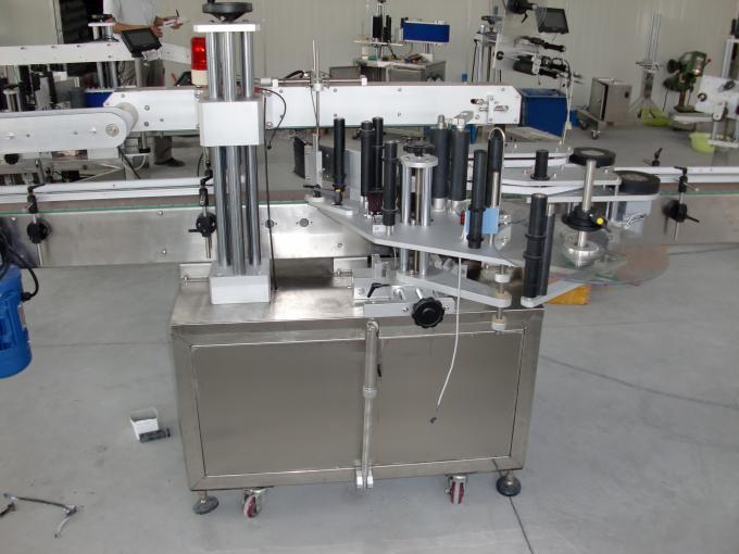Plastaj kaj vitraj boteloj PLC regas aŭtomatan duoblan flankan glumarkan etikedan maŝinon servomotoro